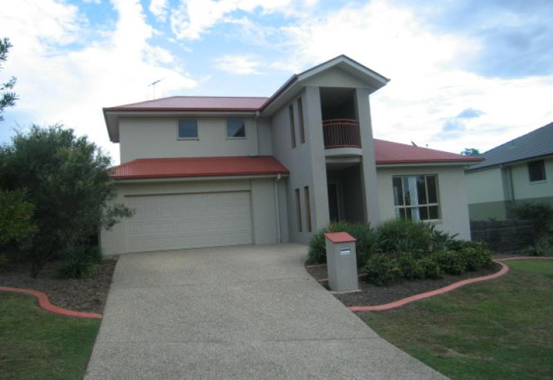 LARGE HOME IN GOLF COURSE ESTATE